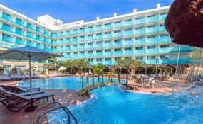 Vista generale dell'hotel e la piscina