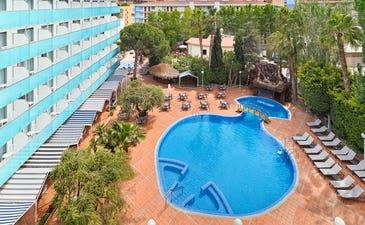 Vista general del hotel y la piscina
