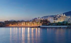 Ночной панорамный вид отеля на берегу моря