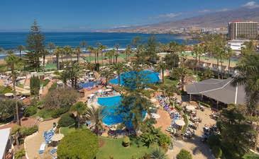 Vue panoramique de l'hôtel et la piscine