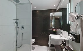 Badezimmer der Doppelzimmer