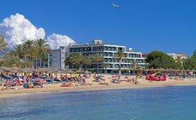 Playa de Santa Ponça con el hotel de fondo