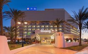 Vista nocturna de l'hotel