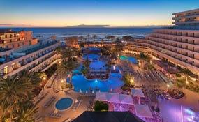 Vista panoràmica nocturna de l'hotel i les piscines