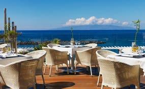 Restaurante buffet Los Menceyes, con terraza frente al mar