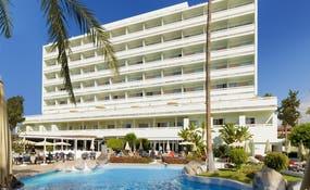 Vue générale de l'hôtel et de la piscine