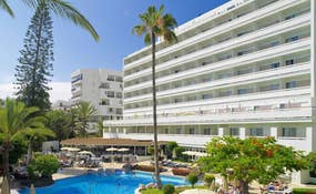 Vista generale dell'hotel e della piscina