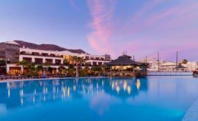 Panorámica al atardecer del hotel y la piscina