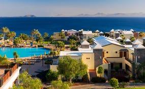 Vista general de las villas del hotel con Fuerteventura en el horizonte