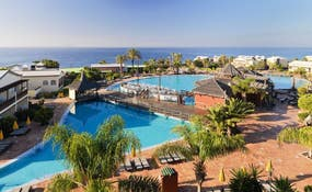 Vista panorámica de las piscinas del hotel