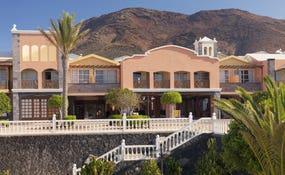 Vista general del hotel con la Montaña Roja de fondo