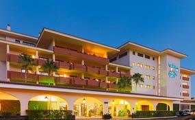 Vista nocturna de la entrada del hotel