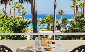 Desayuno en la habitación frente al Lago Martiánez