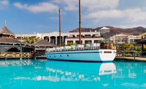 Vista general del barco y la piscina