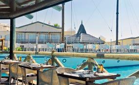 Restaurante La Choza frente a la piscina